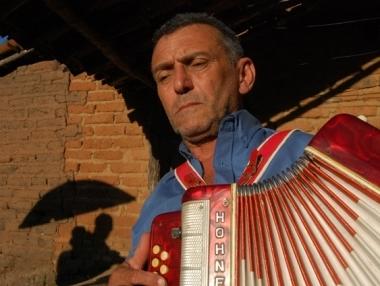 Paraíba dos 8 baixos é um dos protagonistas do MUTUM. Ele é sanfoneiro, cantor e compositor.
