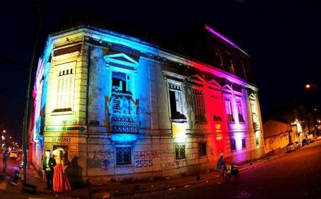 O Palacete Nery que além de receber a iluminação, também recebeu uma performance teatral, onde atores e atrizes trajavam indumentárias de época. Foto: Ruth Jucá
